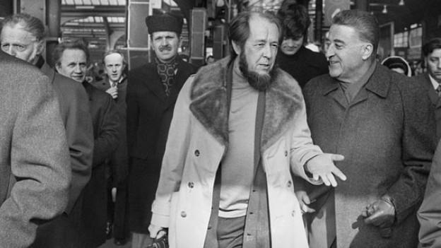 Alexander Solschenizyn im Gespräch mit seinem Anwalt auf einem Perron am Zürcher Hauptbahnhof (1974).