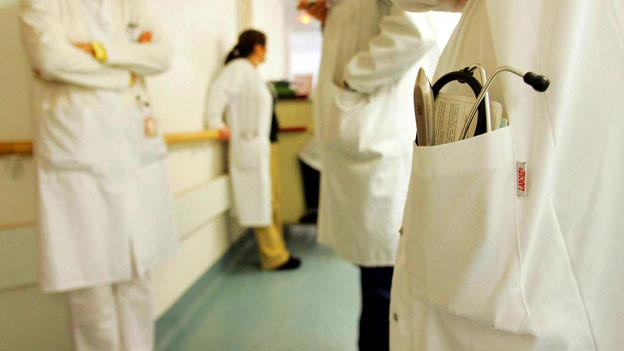 Ein Stethoskop steckt in der Tasche eines Arztes.
