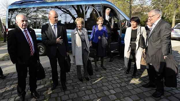 Die Mitglieder des Bundesrates vor einem kleinen Reisebus