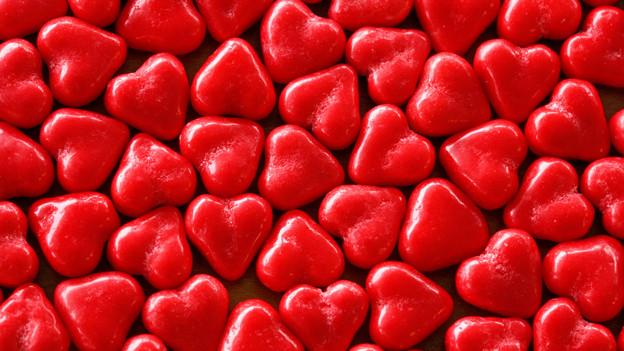 Viele rote Zuckerherzen