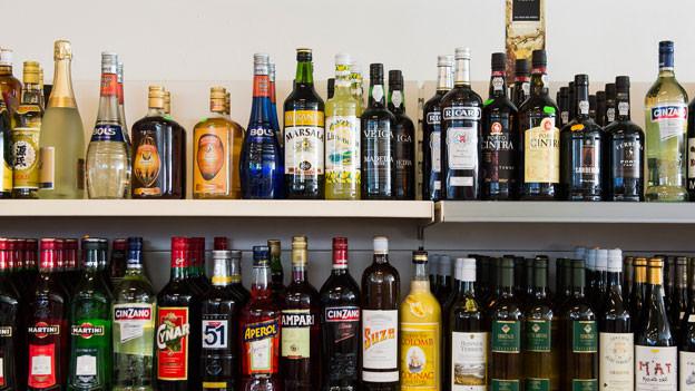 Viele Alkoholflaschen in einem Verkaufsregal.