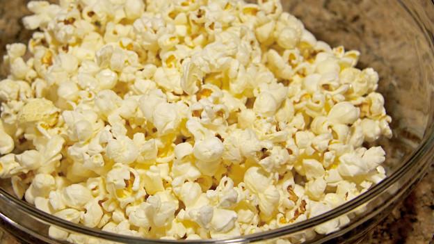 Eine Schüssel Popcorn.