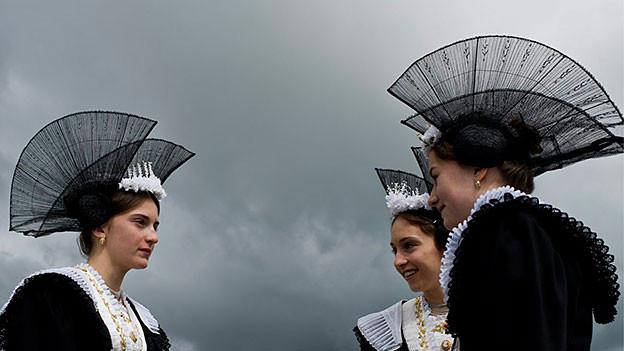 Frauen in traditionellen Appenzeller Trachten.