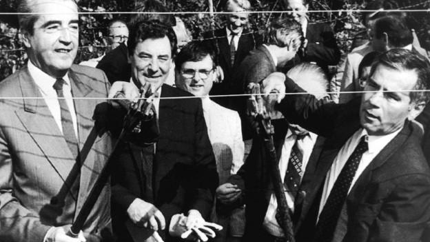 Der ungarische Aussenminister Gyula Horn (r) und sein österreichischer Kollege Alois Mock am 27. Juni 1989.