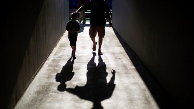 Will nur das Beste sein Kind: Ein Vater mit seinem Sohn.