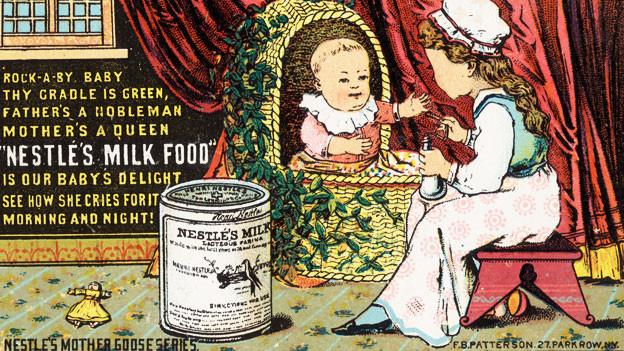 Eine alte Werbung für Nestle: Ein Mädchen gibt einem Säugling Nestle-Milch.