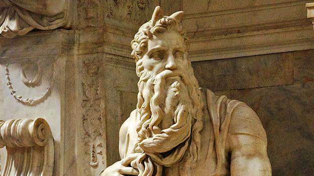 Ein Mose mit Hörnern von Michelangelo.