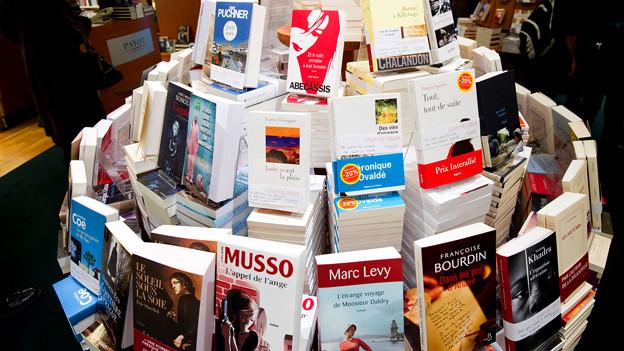 Aufgetürmte Bücher in Buchhandlung.