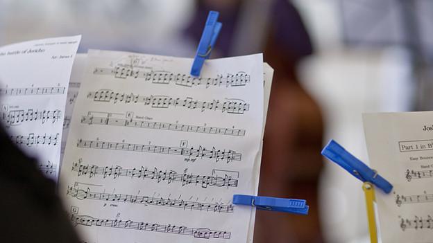 Notenstaender mit Notenblaettern