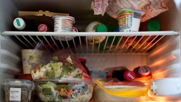 Ein voller Kühlschrank.