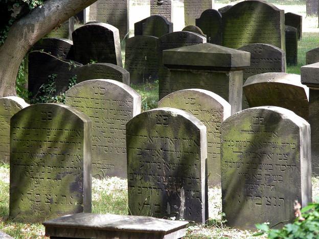 Blick auf jüdische Grabsteine