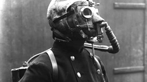 Mann mit Gasmaske,