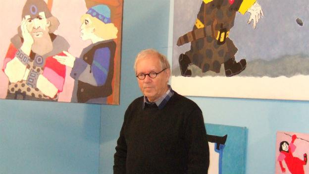 Kees de Kort steht vor seinen Bildern.