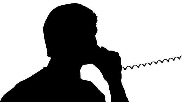 Schemenhafte Darstellung eines Mannes, der mit einem Kabeltelefon telefoniert.