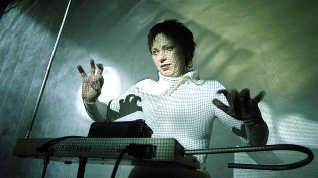 Barbara Buchholz, eine der renommiertesten Theremin-Spielerinnen in Berlin, 2005.