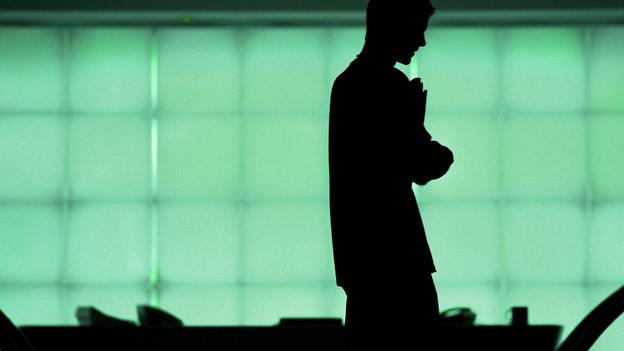 Schatten eines Mannes im Büro.