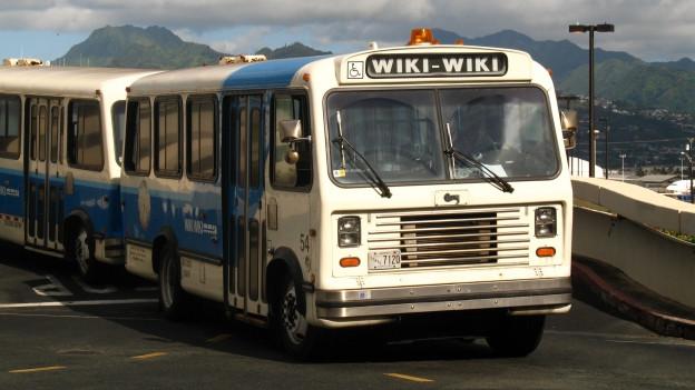 Der Wiki-Wiki-Bus Fährt auf einer Strasse.