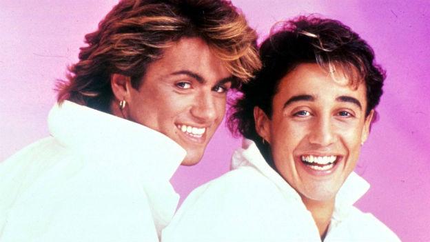 Zwei lachende Männer mit Föhn-Frisuren