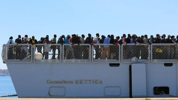 Zahlreiche Menschen auf einem Schiff.