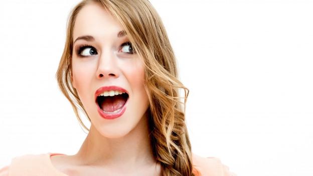 Eine Frau mit blondem Zopf scheint zu schreien.