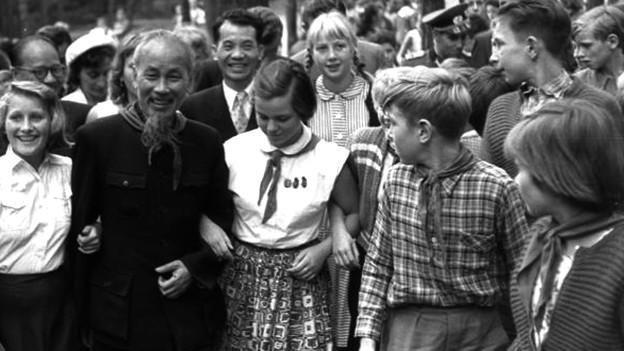 Ho Chi Minh inmitten von Kinder.