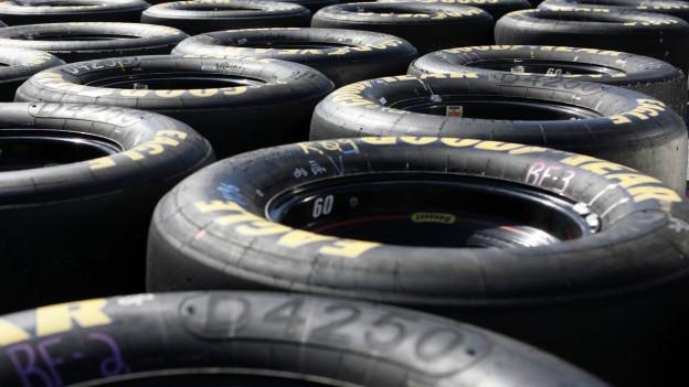 Viele Reifen liegen nebeneinander.