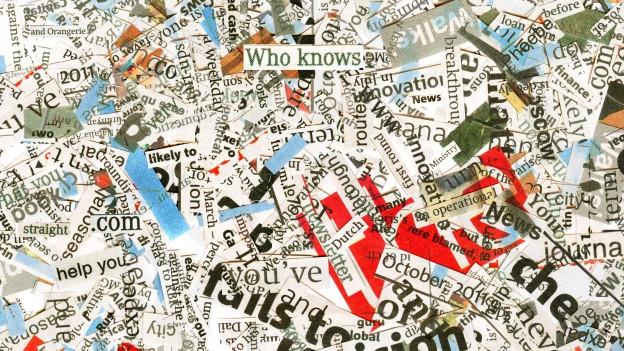 Eine Collage aus Wörtern, die aus Zeitungen ausgeschnitten sind.