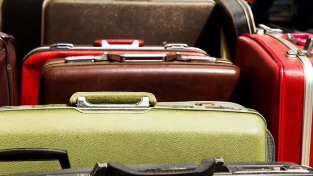 Verschiedene Koffer in Nahaufnahme.