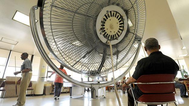 Senioren in einem Cooling Center mit riesem Ventilator in Baltimore.