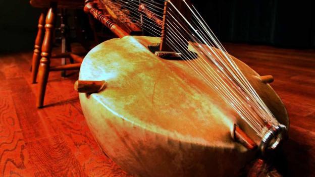 Ein Instrument aus Holz: eine Kora.
