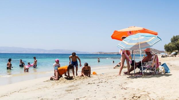 Ein Foto eines Strandes, wo Leute Ferien machen.