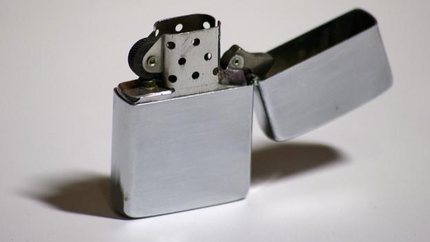 Ein stählernes Feuerzeug (grau).