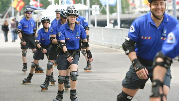 Polizistinnen und Polizisten auf Rollerblades.