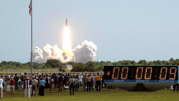 Countdown für den Raketenstart beim Kennedy Space Center.