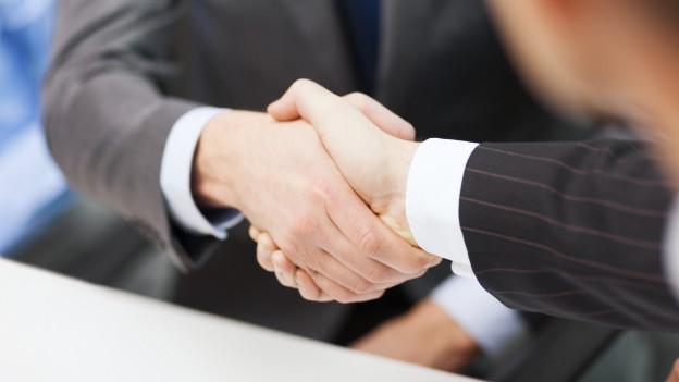 Ein Handshake zwischen zwei Männern.