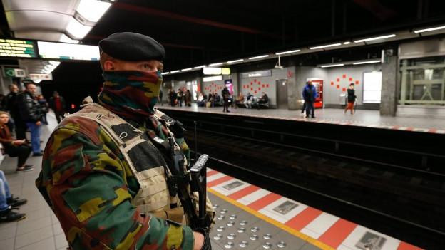 Soldat wacht am Bahnsteig.