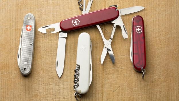 Schweizer Taschenmesser liegen nebeneinander.