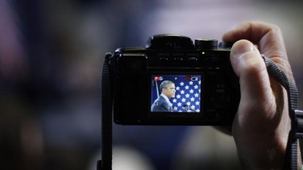 Eine Kamera, die Obama im Bildschirm zeigt.