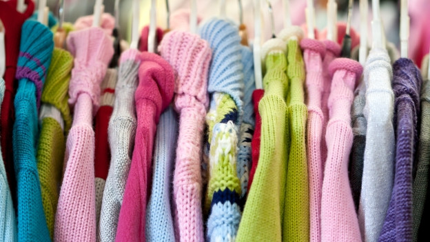 Pullover in einem Schrank.