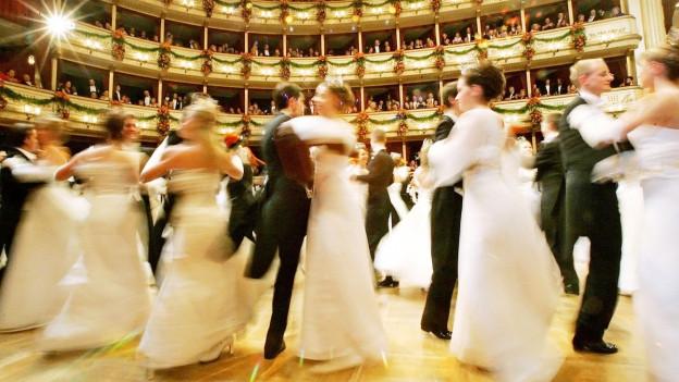 Tanzende Paare am Wiener Opernball.