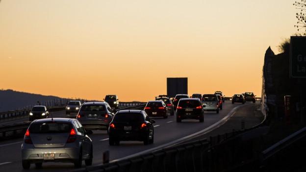 Eine Autobahn vor dem Sonnenuntergang.