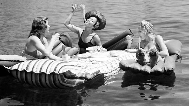 Drei Damen essen Spaghetti im Meer vor Capri.
