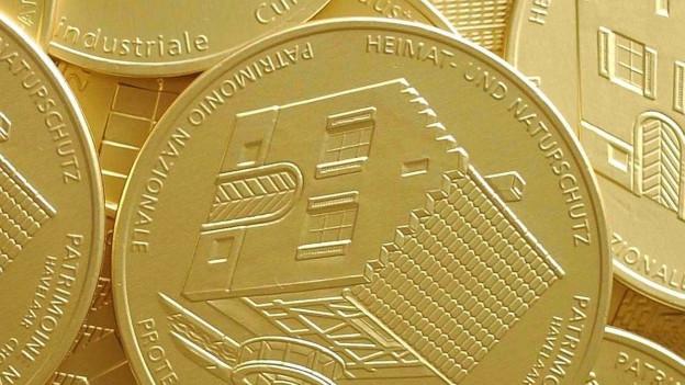 Ein Haufen von runden Scheiben, verpackt in goldenem Papier.