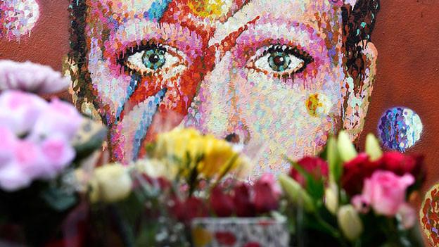 Blumen treuer Fans für den am 10. Januar 2016 verstorbenen David Bowie.