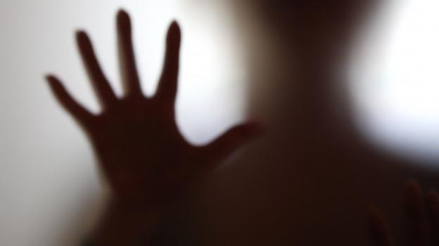 Die Umrisse einer Hand mit gespreizten Fingern.