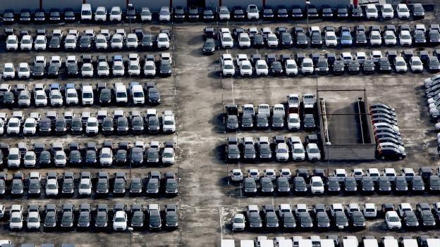 Parkplatz voller Autos aus Vogelperspektive.