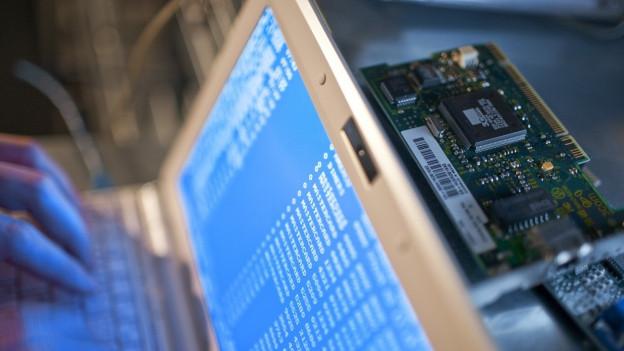 Ein Mann tippt Befehlszeilen in seinen Laptop, aufgenommen am 26. November 2009, gestellte Aufnahme.