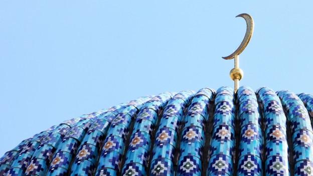 Goldene Mondsichel auf blauem Dach.