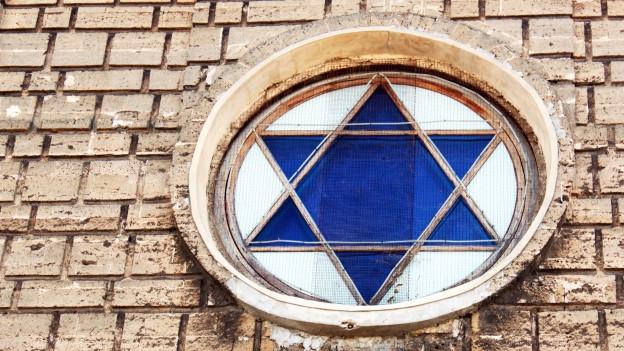 Fenster in der Form eines sechszackigen Sterns.