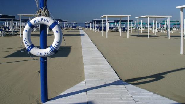 Blick auf einen Strand – noch menschenleer.